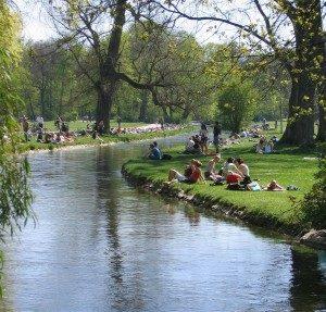 FOTO – Sommer an einem Arm der Isar im Englischen Garten in München